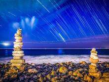 Steinhaufen unter dem Sternenhimmel