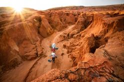 Der Weg zwischen roten Felsen