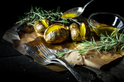 baked potatoes with olive oil and rosmary