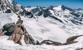 Skialpinisti v údolí