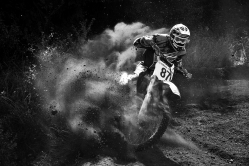 V prachu