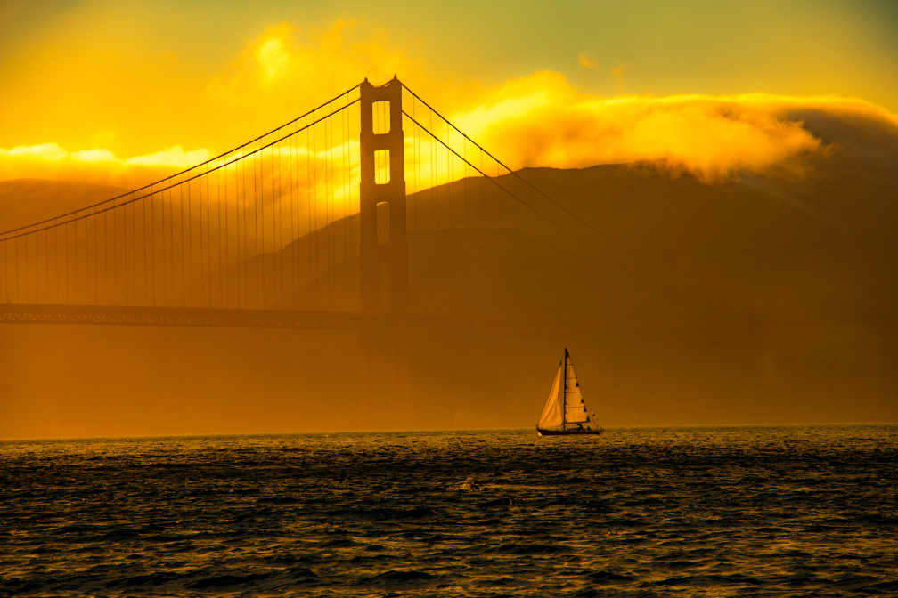 Einsames Boot vor der Golden Gate Bridge