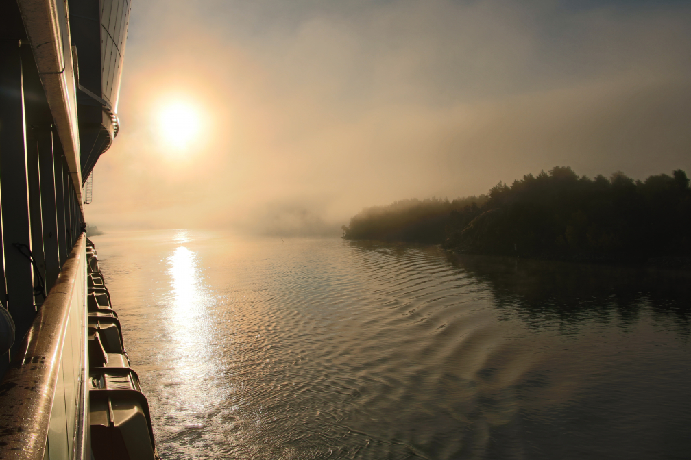 Schärenlandschaft vor Stockholm im Nebel