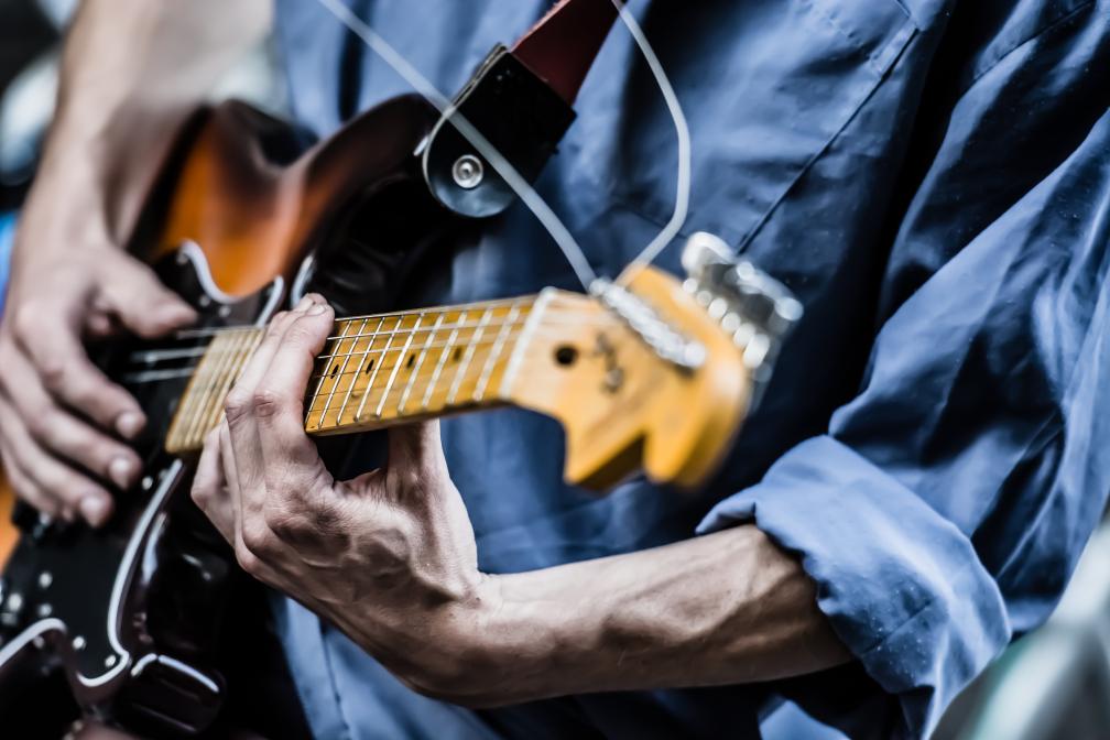 Gitarrist in Blau