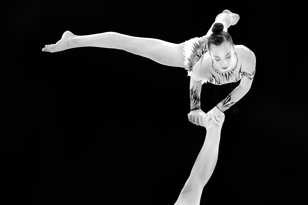ein acrogymnaste am bein