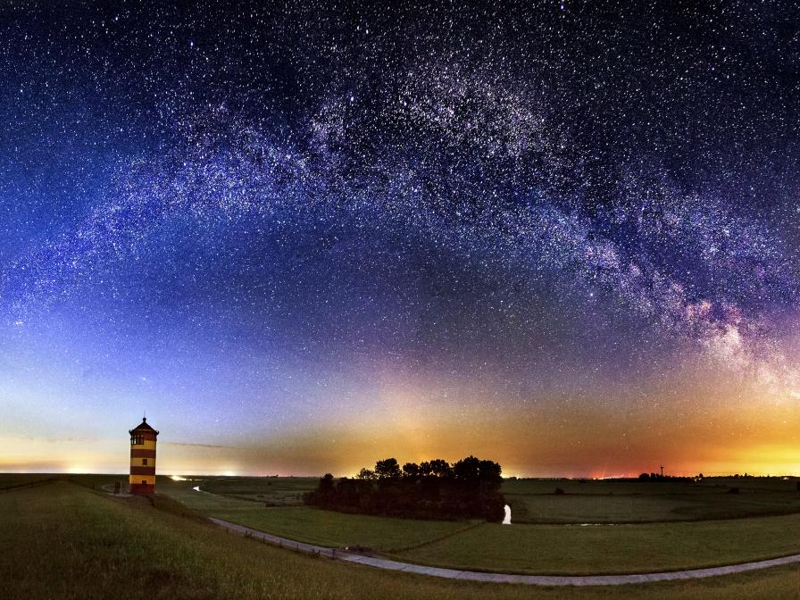 Sternenhimmel über dem Pilsumer Leuchtturm