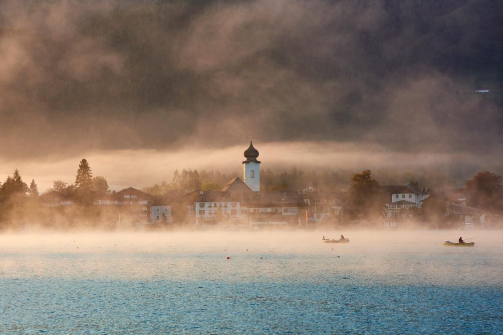 Blick auf die Gemeinde Strobl bei Nebel und Morgenlicht